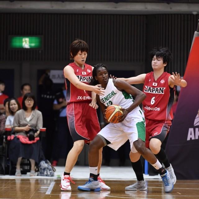 ダブルチームで守る#8 髙田 真希選手と#6 間宮 佑圭選手