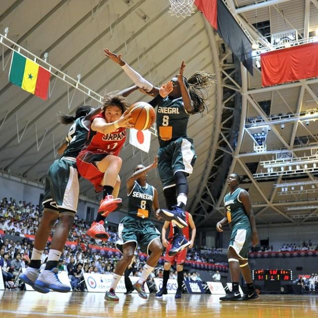 二人のマークをかいくぐってアシストを出す#12吉田 亜沙美選手