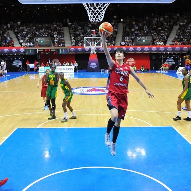 #12吉田 亜沙美選手からディフェンスの裏をかくパスが通り、ノーマークでシュートを決める#6間宮 佑圭選手