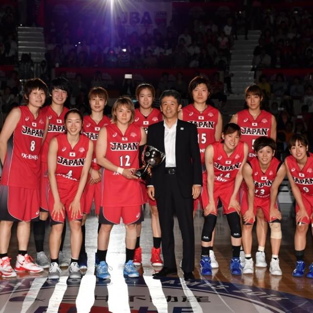 3連勝したアカツキファイブに三井不動産 BE THE CHANGE CUPが贈呈